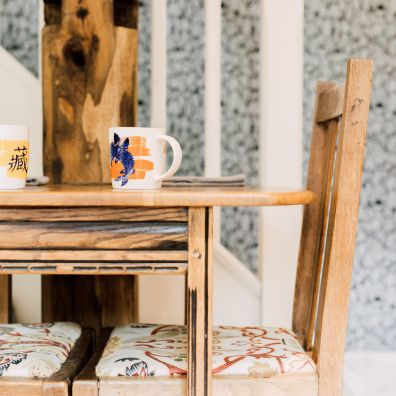 table and mugs